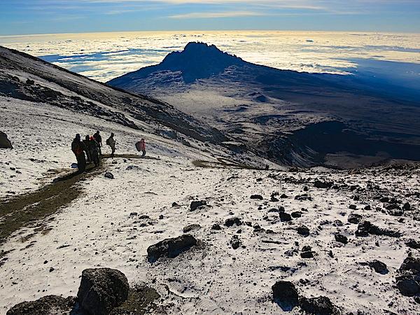 Udsigt mod Kilimanjaros andethøjeste krater Mawenzi fra kraterranden ved Stella Point